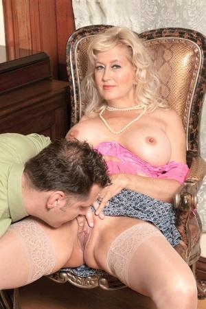 Huge Tits Mom